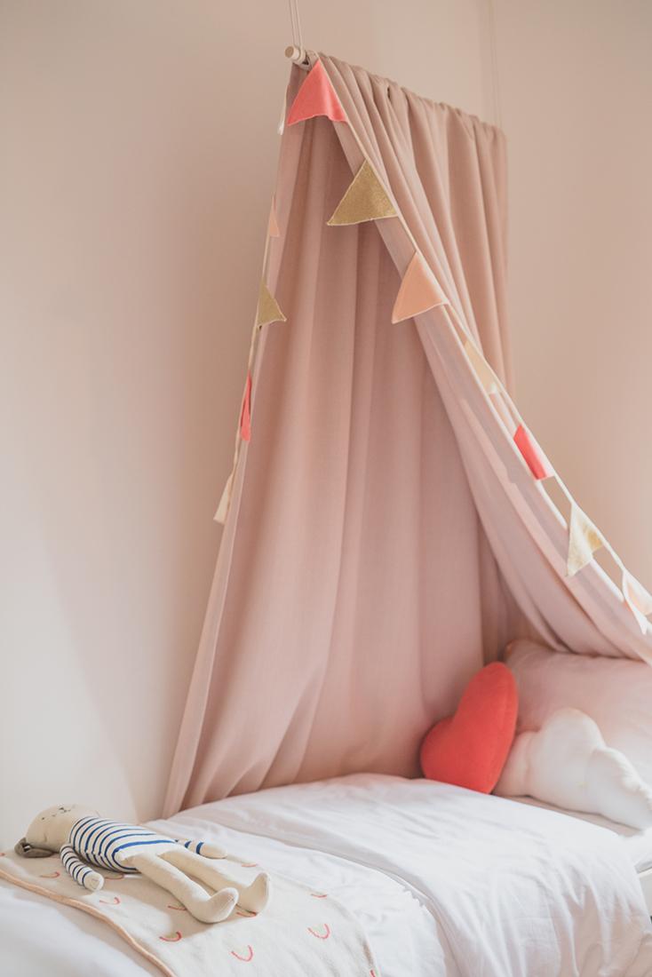 Péa les maisons. Un univers lumineux et douillet pour chaque enfant dans cette chambre partagée avec, comme accessoire déco, un superbe ciel de lit et des fanions colorés