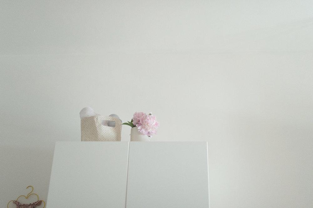 Péa les maisons. Détail fleuri dans une chambre d'enfants apaisante aux teintes pastel