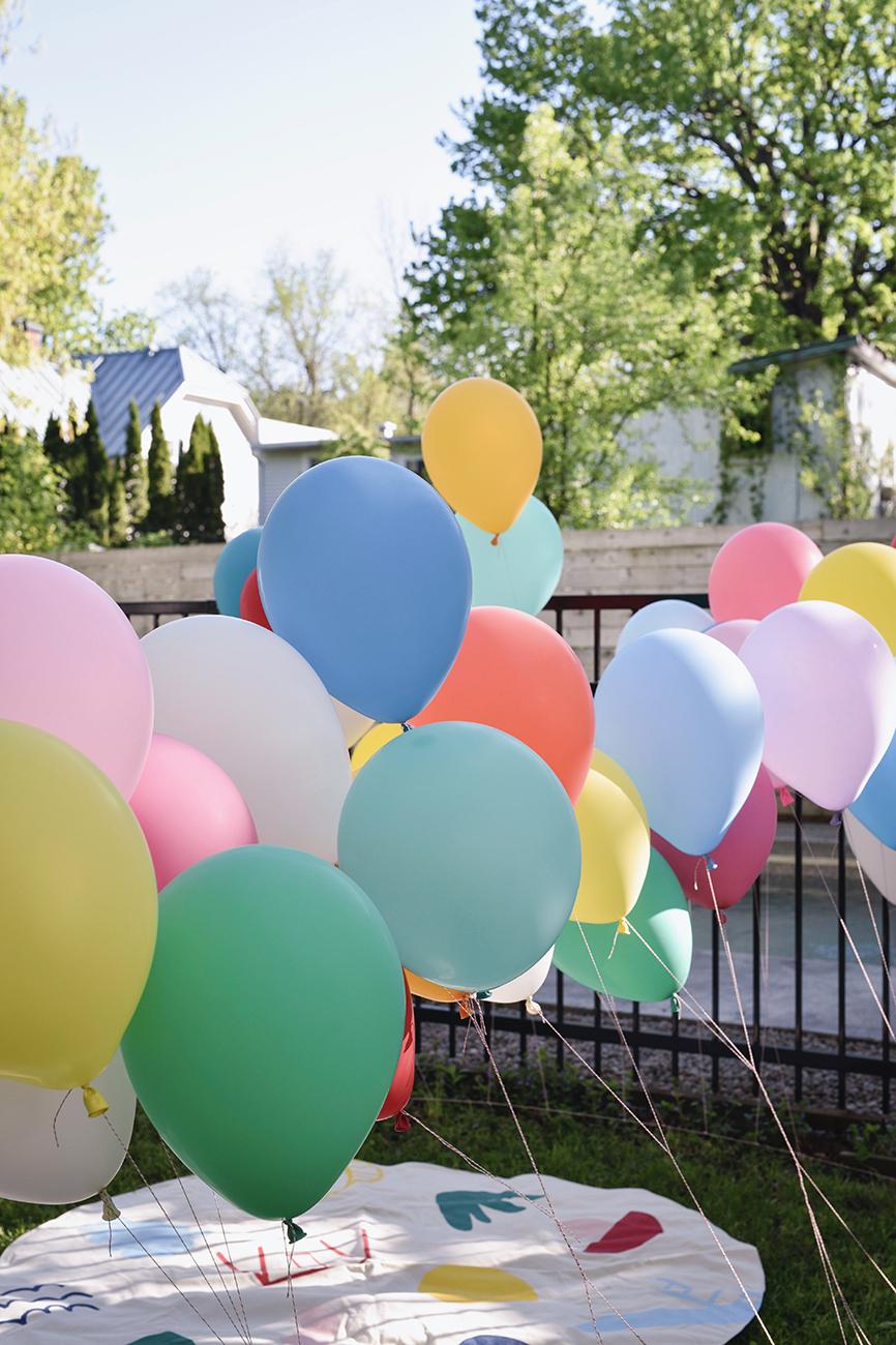 Péa les maisons. Des ballons multicolores qui volent au vent comme déco pour fête d'enfant