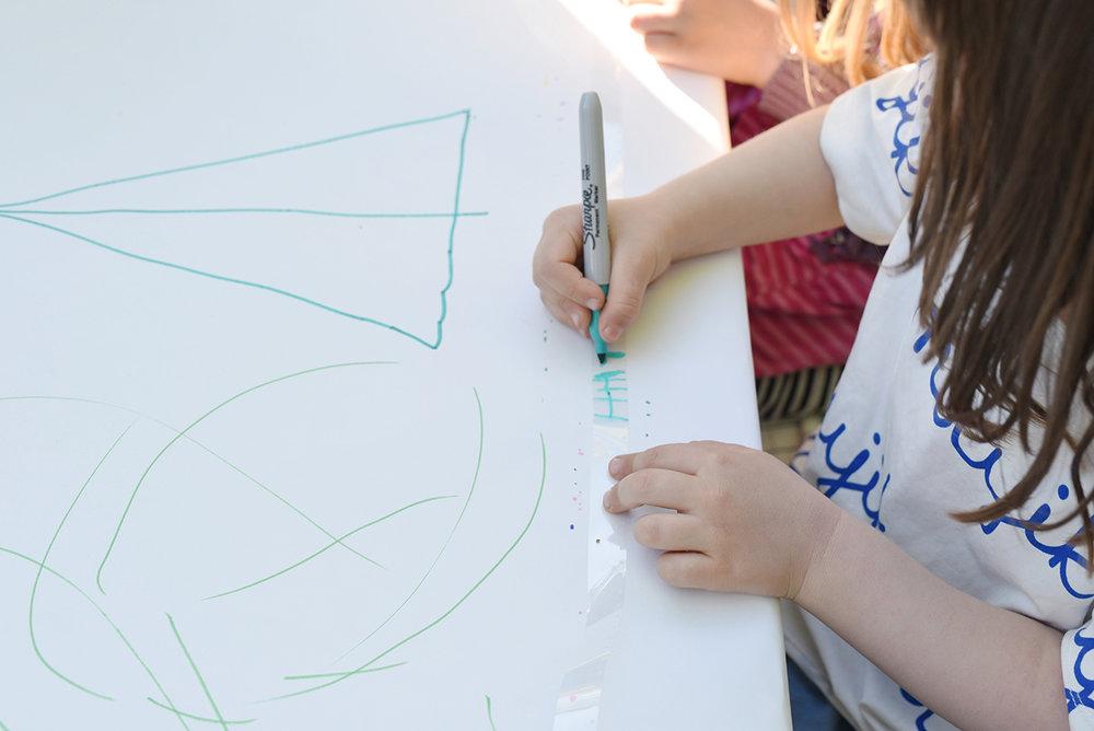 Péa les maisons. Des activités originales pour animer les enfants pendant les fêtes d'anniversaire - ici, dessin sur pellicule
