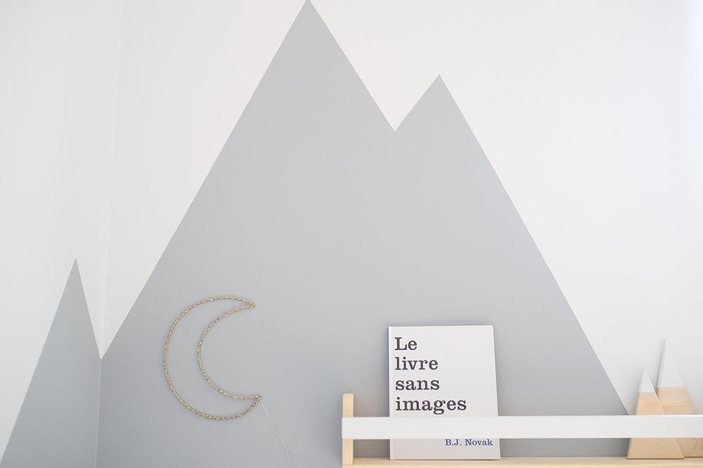 Péa les maisons. Une chambre de garçon toute lumineuse avec un coin lecture entouré de hautes montagnes