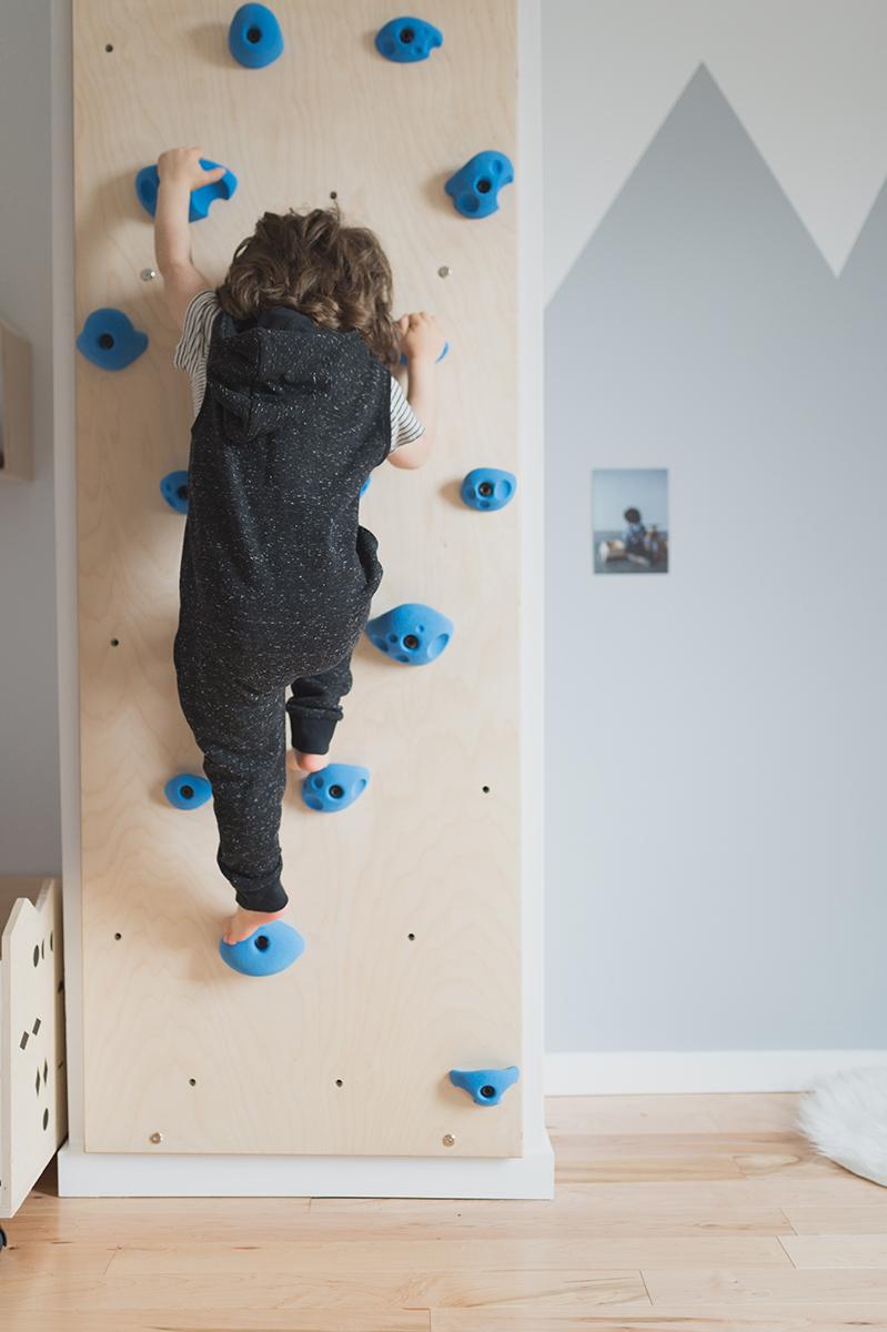 Péa les maisons. Un mur d'escalade dans une chambre de garçon
