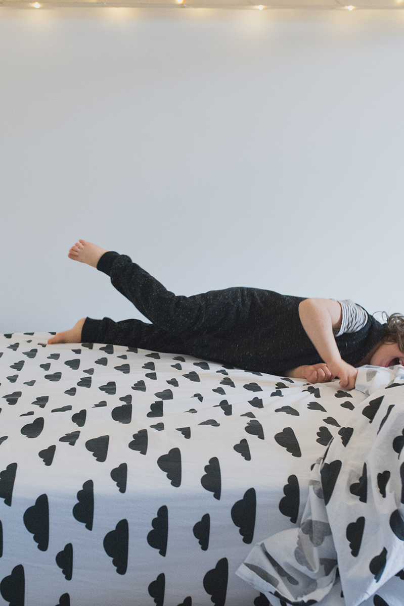 Péa les maisons. Black and white bed linen with cloud pattern for a big dreamer