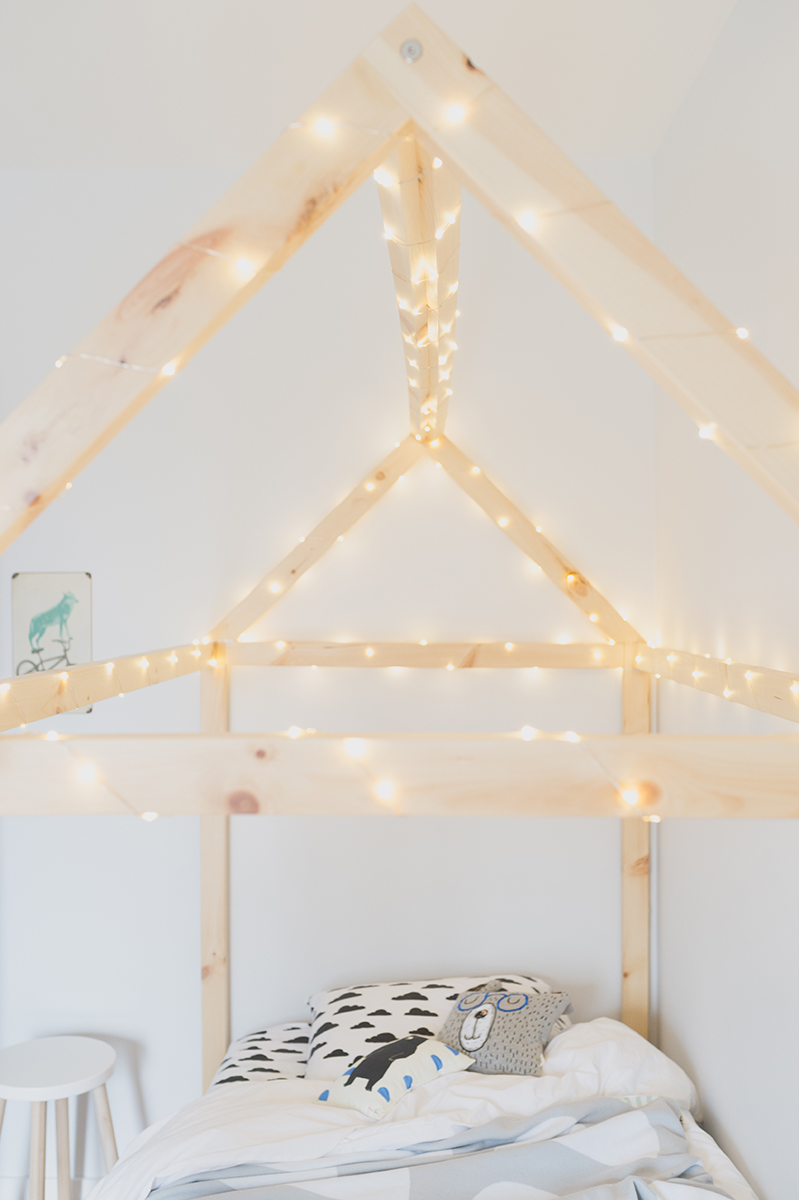 Péa les maisons. Sleeping under the stars in a children's room
