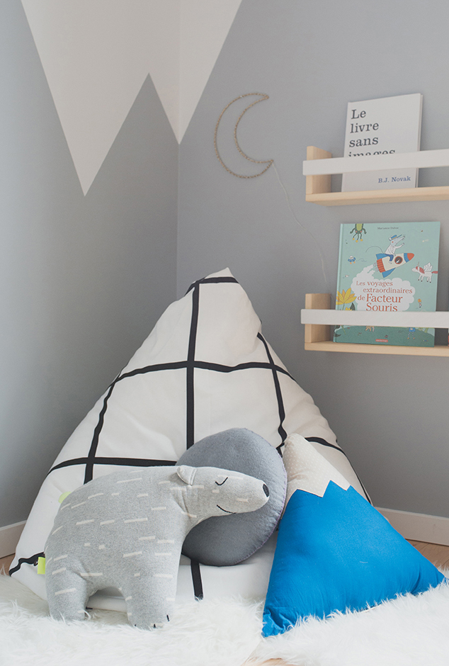 Péa les maisons. A cosy reading corner in the mountains with beanbag, pillows and soft rugs for the bedtime story