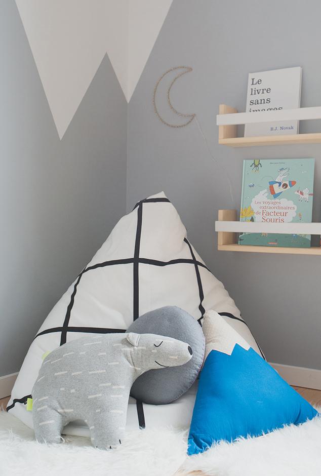 Péa les maisons. Un coin lecture douillet avec pouf, coussins et tapis doux où se réfugier pour l'heure du conte, sous la lune et les montagnes
