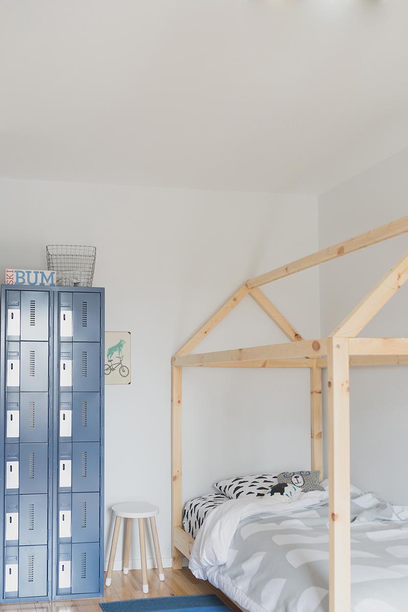 Péa les maisons. Avec ses casiers métalliques et son lit cabane, cette chambre d'enfant a un petit look chalet de ski