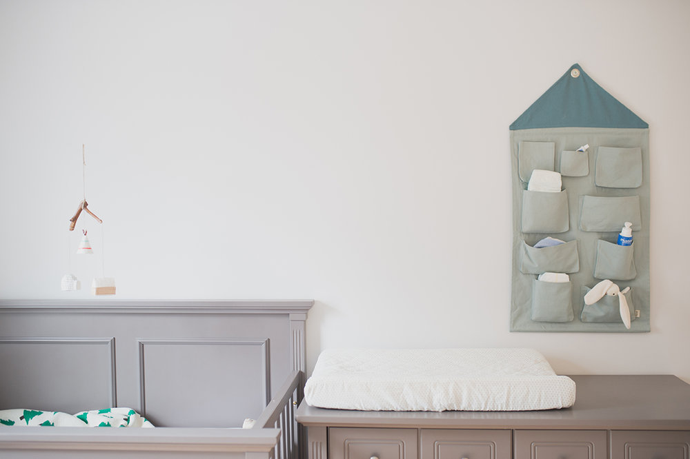 Péa les maisons. De ce côté de cette chambre partagée, la zone bébé avec la bassinette, la commode, la table à langer et une jolie solution de rangement pour les couches et les petits pots