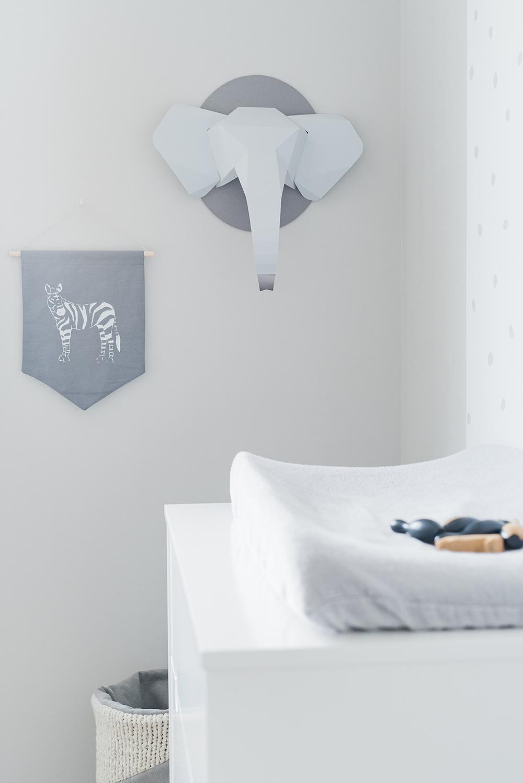Péa les maisons. De beaux détails tout gris : un panier fait à la main, un fanion zèbre et une tête d'éléphant en origami comme décoration murale