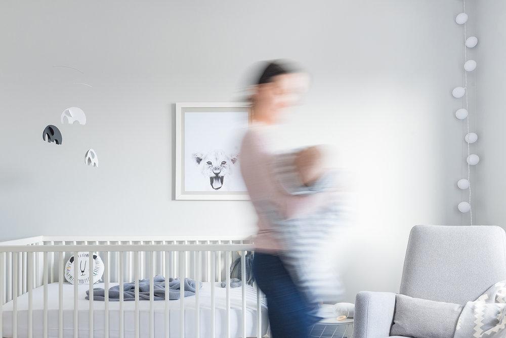 Péa les maisons. A cozy, sun-filled, minimalist, monochrome, gender neutral and timeless baby boy nursery room