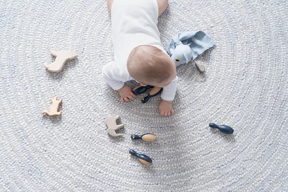 Péa les maisons. Tapis tout doux et tout gris pour chambre de bébé