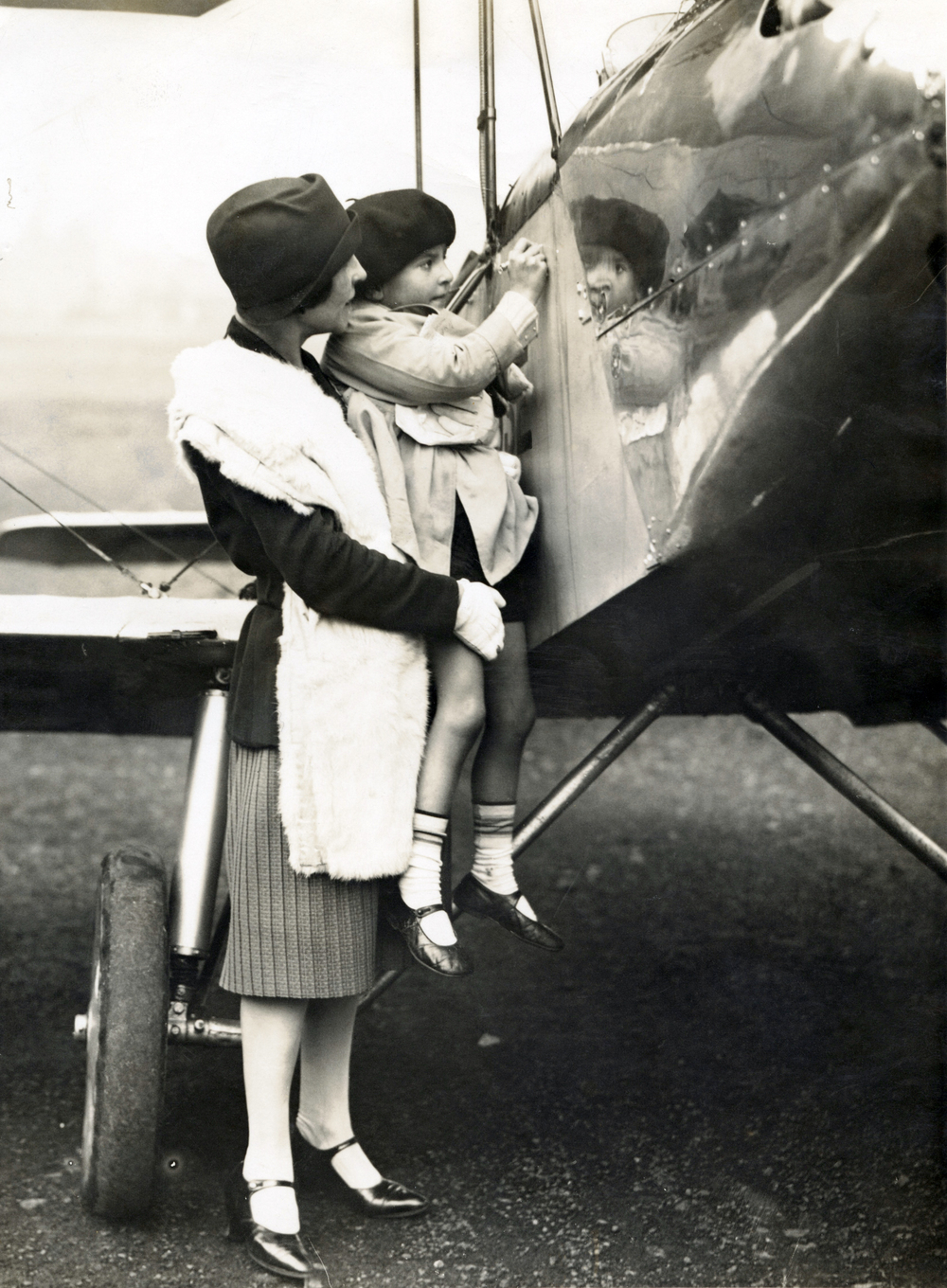 Kiki and Pat Lancaster Pat signs Avro Avian Cryodon 1927.jpg