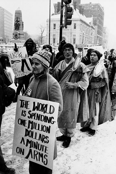white-house-lawn-march-woman-sign.jpg