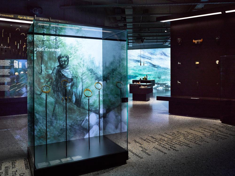 Die Ausstellung «Archäologie Schweiz» kombiniert alte Objekte mit moderner Technik / Bild:© Schweizerisches Nationalmuseum / Szenografie:ATELIER BRÜCKNER