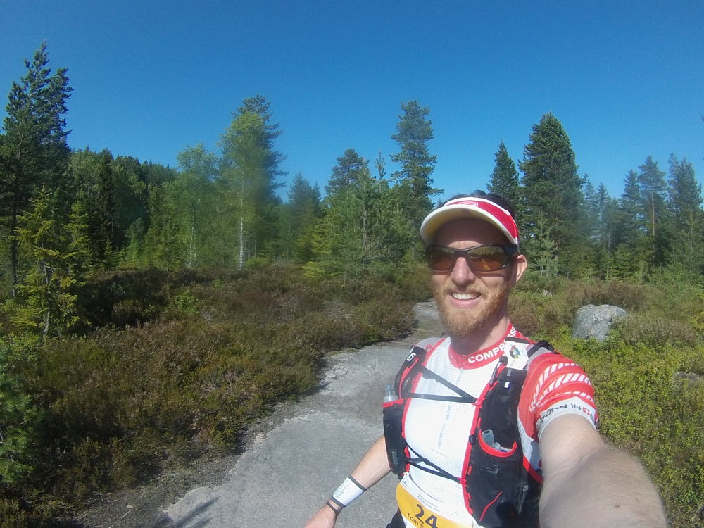 På vei over åsene mot Drammen, tørre og fine stier hele veien 🤗Solen skinte dagen lang, men det ble aldri for varmt 😎☀️Godt forberedt med 5 softflasker i vesten 💧