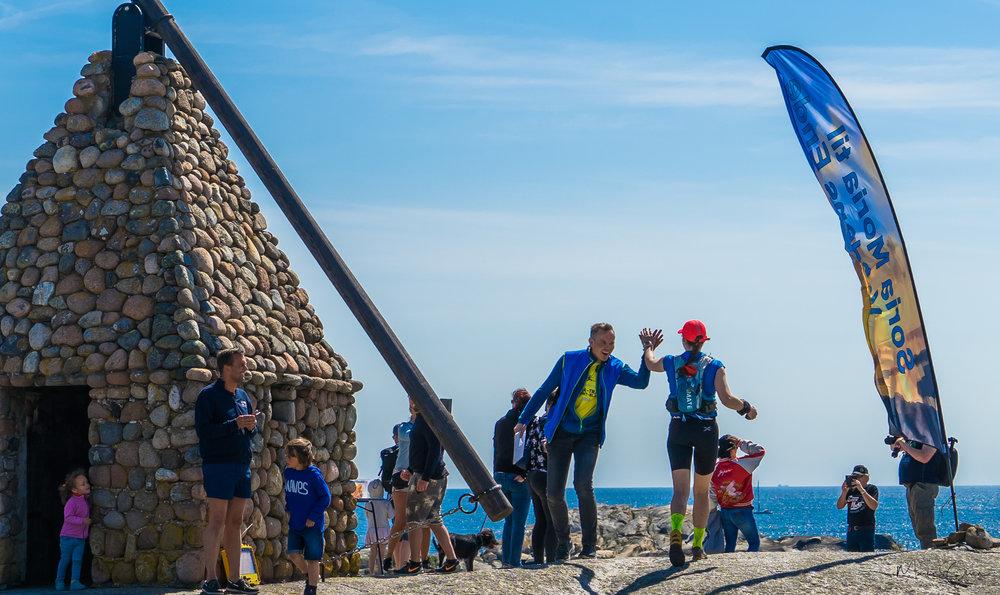 Foto: SMVE / Martins photography  Målgang påVerdens Ende. Her løper Cecilie Longva Igesund fra Romerike Ultraløperklubb inn til 1. plass i kvinneklassen på 100 miles🥇