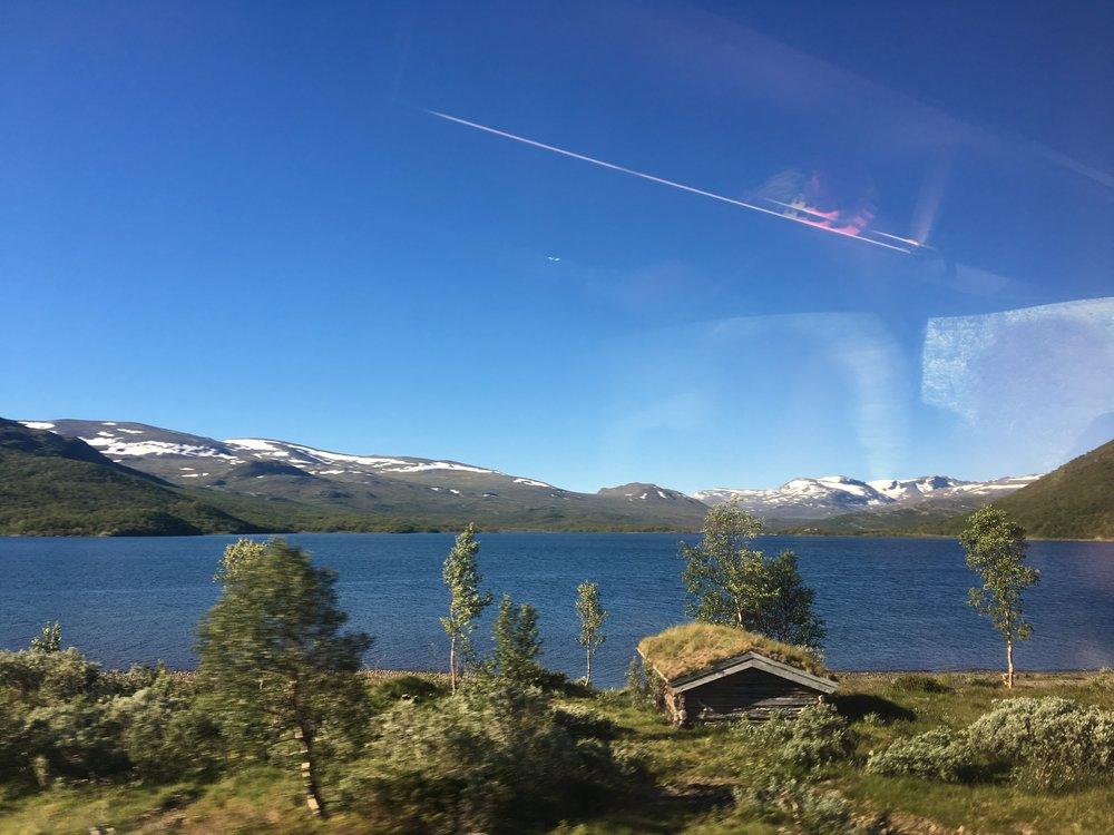 Fra bussvinduet: Øvre Sjodalsvannet med Valdresflya i bakgrunnen