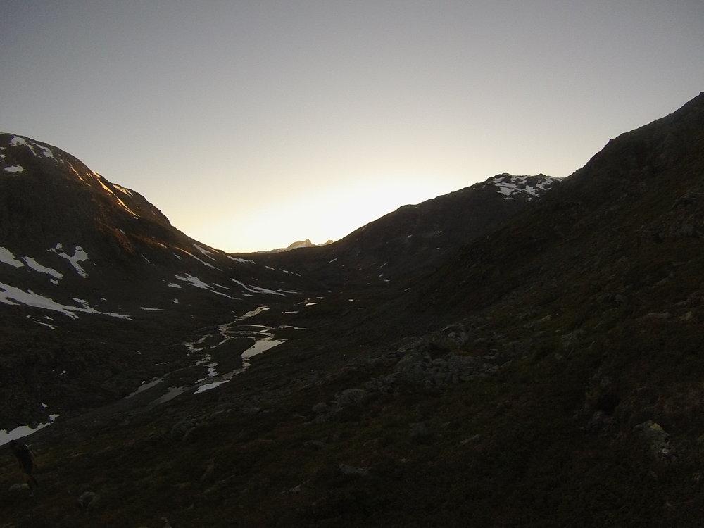 Hjelledalen med Austanbottstindane og Stølsmaradalstinden i bakgrunnen.