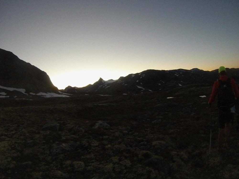 Ultraløper (Arne) i solnedgang. Falketind i bakgrunnen.