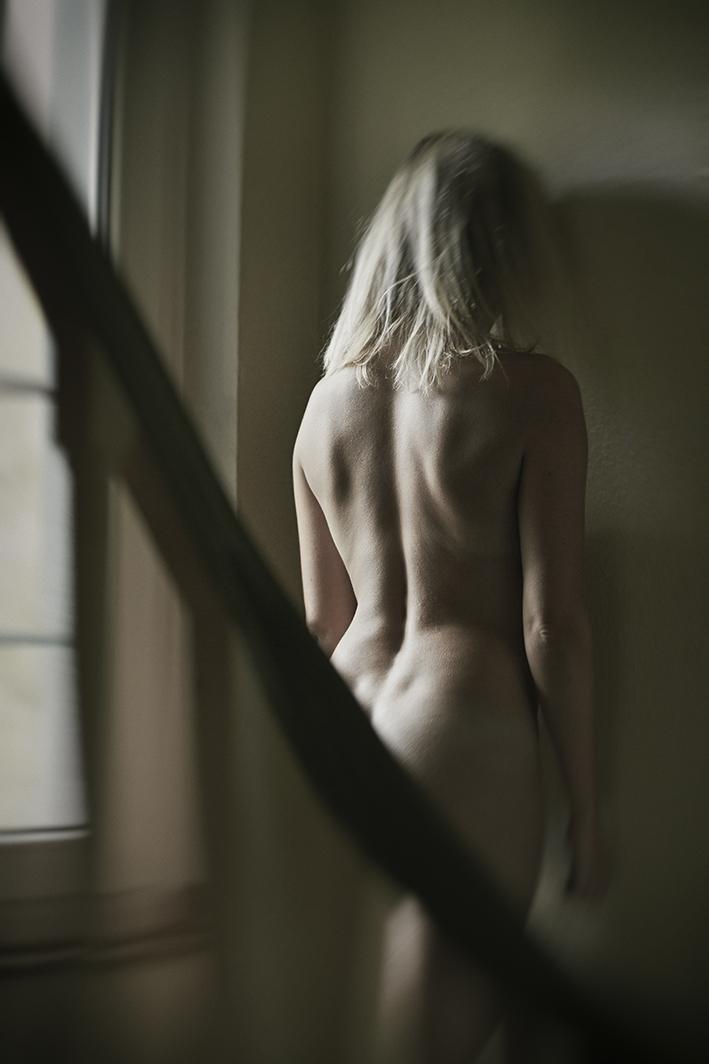 Portrait-Frau-steht-in-Ecke-nude