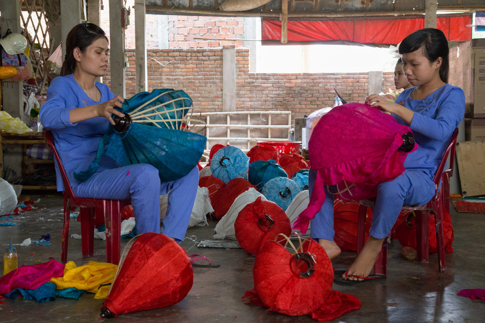 making lanterns hoian