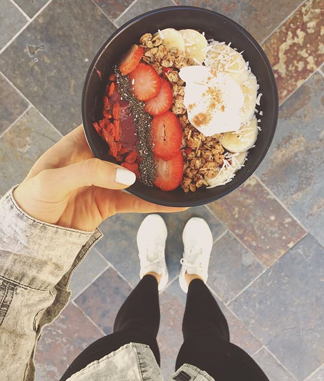 """It's too cold for acai"" are the words of the weak! 😒 #butitsactuallyprettycold // @facilitiesfuelcafe providing the goods! 😍 #editsbyelle"