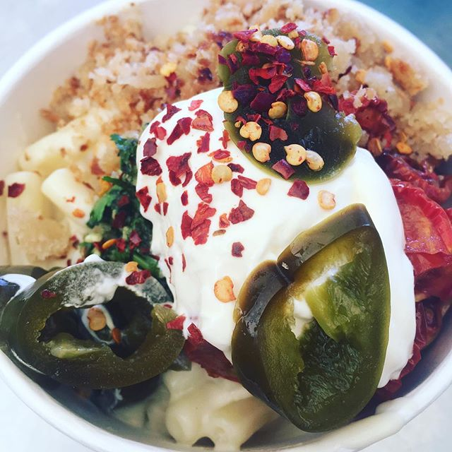 And.... M E X I MAC • mac n cheese • jalapeños • chilli breadcrumbs • sundried tomatoes • creme fraiche  #spicy #veggie #eat #yum #northdevonfood #sunday #sundayfood @connectandcreatefest