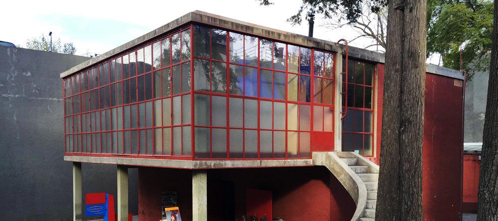 Visite guidée des maisons-ateliers de Frida Kahlo et Diego Rivera puis du fameux marché de San Angel où nous déjeunerons.