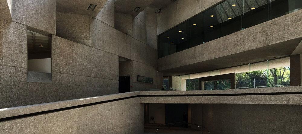Commençons la journée par le musée d'art contemporain Rufino Tamayo, monument d'architecture, conçu par les architectes Teodoro González de León et Abraham Zabludovsky, prix national d'architecture en 1981, l'année de son inauguration.