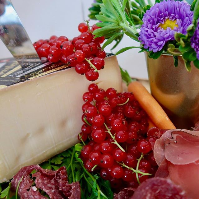 Appenzeller cheese is a must on our grazing tables #appenzellerkäse #grazingtable #zankyou #grazing #livinginluzern #foodpic #cheese #cheeseboards #foodstyling #foodie