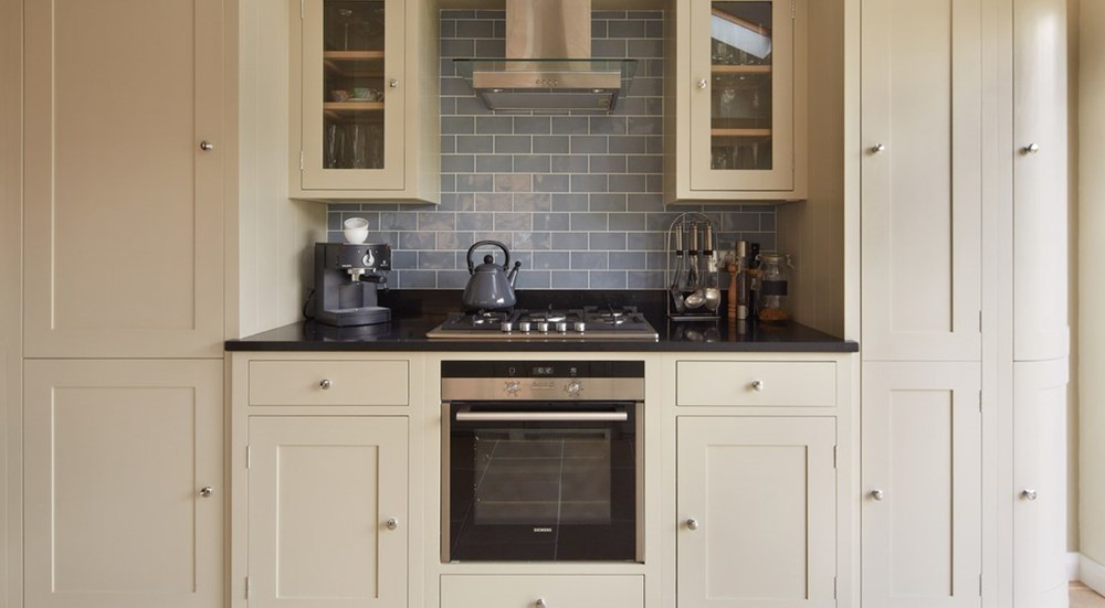 Neptune Suffolk Range – Handmade kitchen wall unit with gas hob and extractor fan