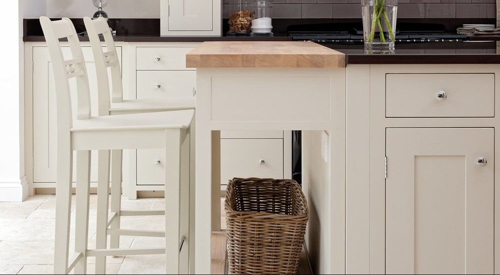 Neptune Suffolk Range – Solid oak surface breakfast bar with stools and granite work tops