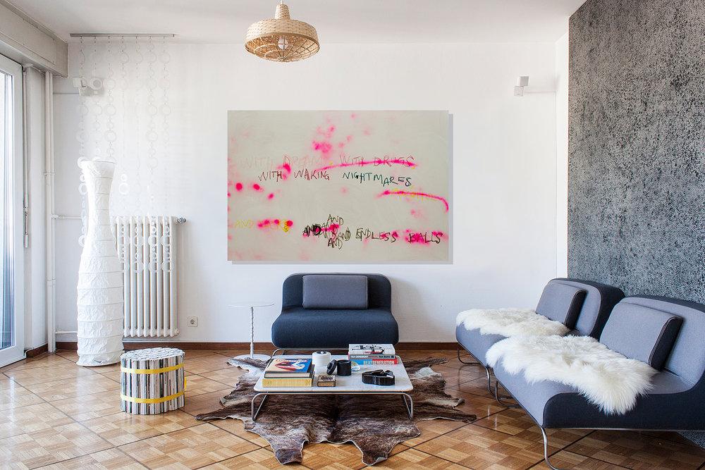 pour chaque œuvre, possibilité de se la représenter en situation d'appartement (hauteur plafond: 260 cm, sièges: 66 cm)