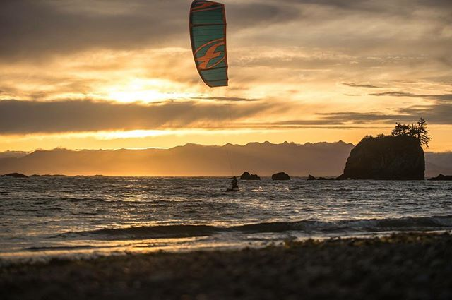 Blessed ... RUGGED POINT movie, link in bio ☝️️ Rider : @valesapauline Photo : @robinchristol . #kitesurfing #kiteboard #sunset #warmlight #emptyspot