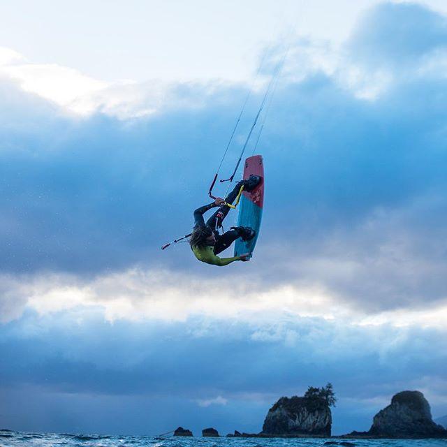 Storm carving 🔪🌩 . Rider: @davidtonijuan  Pic: @robinchristol  #manerawatermen #staysalty #letskitesurf #kitesurfingworld #vancouverisland
