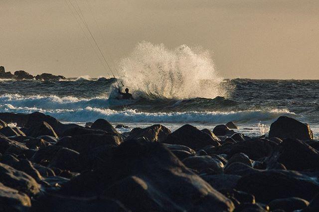 @mallorykite 1 - 0 wave. 📷 @matt_georges . #manerawatermen #straplesskitesurfing #staysalty #kitesurfingworld #letskitesurf