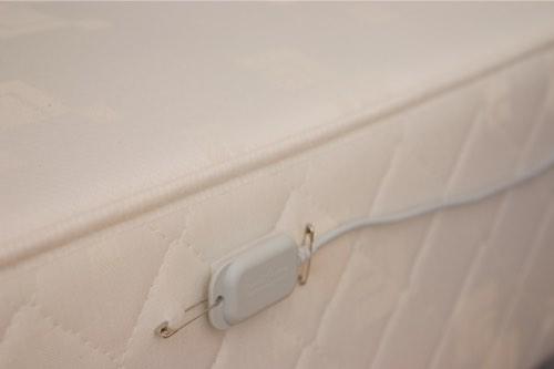 Set sensoren fast på sengen. Derefter måler Epi-Care 3000 de rystelser der opstår ved et epileptisk anfald.