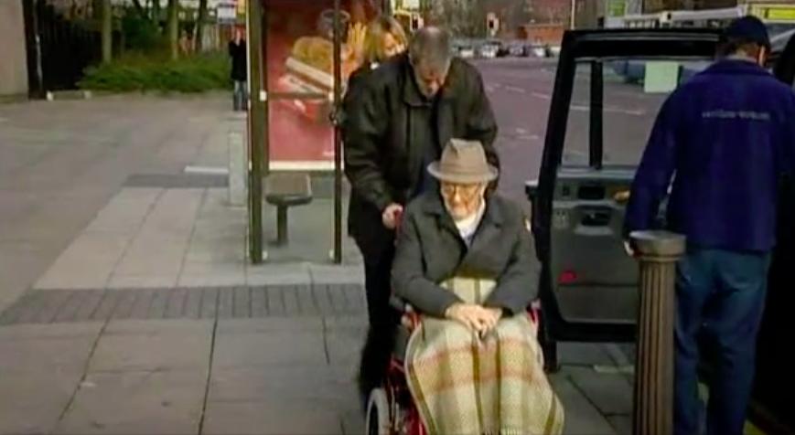 """George Greenhalgh, lors de son arrivée au tribunal pour entendre sa condamnation le 28 janvier 2008. Screenshot issu du documentaire  """"Les Greenhalgh : entre mytomanie et génies"""""""