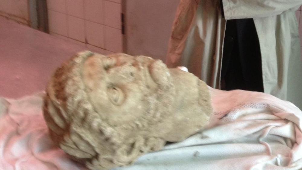 """Une photo floue montrant la tête en marbre décapitée d'une statue romaine : cette photo a fait office de """"ticket doré"""" pour la vente aux enchères - illicite - d'une antiquité pillée"""
