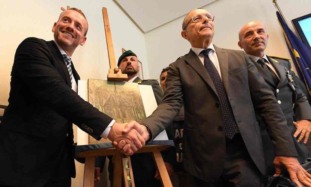 La poignée de main satisfaite du musée Van Gogh et des Carabinieri | Crédits @TheGuardian Ciro Fusco EPA