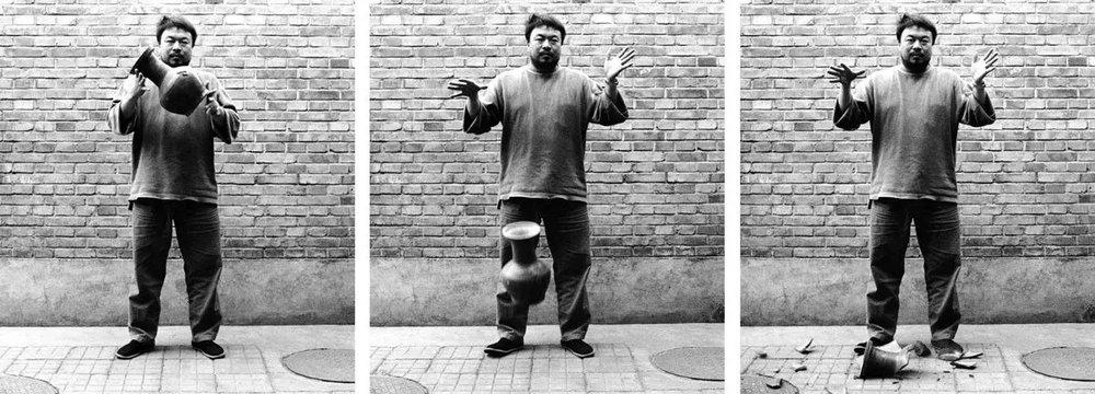 Entre consommation et héritage, un rapport ambigu à l'art. Cette oeuvre bien connue d'Ai Weiwei en est la parfaite métaphore | Ai Wei Wei,  Dropping a Han Dynasty   Urn  , 1995