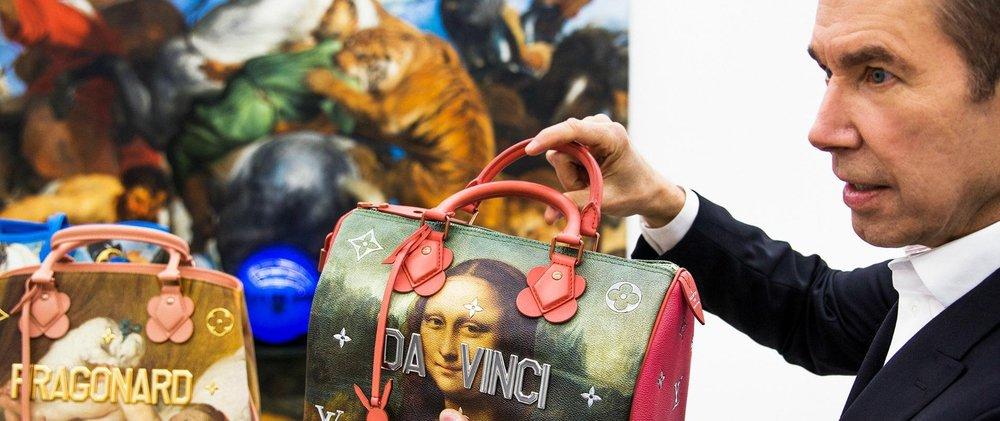 Crédits : Lewis Mirett | Jeff Koons, dans son studio à New York, présente un sac Speedy, et un sac Montaigne (à gauche), issus de la collection «Masters» via @madamefigaro