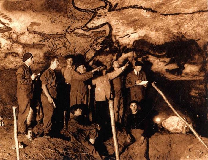 """Marcel Ravidat n'a que 17 ans lorsqu'il découvre par hasard la grotte de Lascaux en 1940. Quelle émotion l'envahit lorsqu'il réalise l'étendue de sa découverte? Quel lien indestructible l'artiste a-t-il tissé avec l'humanitéentière, lorsqu'il trace ces lignes sur la paroi, il y a 17 000 ans? Quelle meilleure illustration de la notion d'esthétique développée par W.Benjamin d'""""ici et maintenant""""?"""
