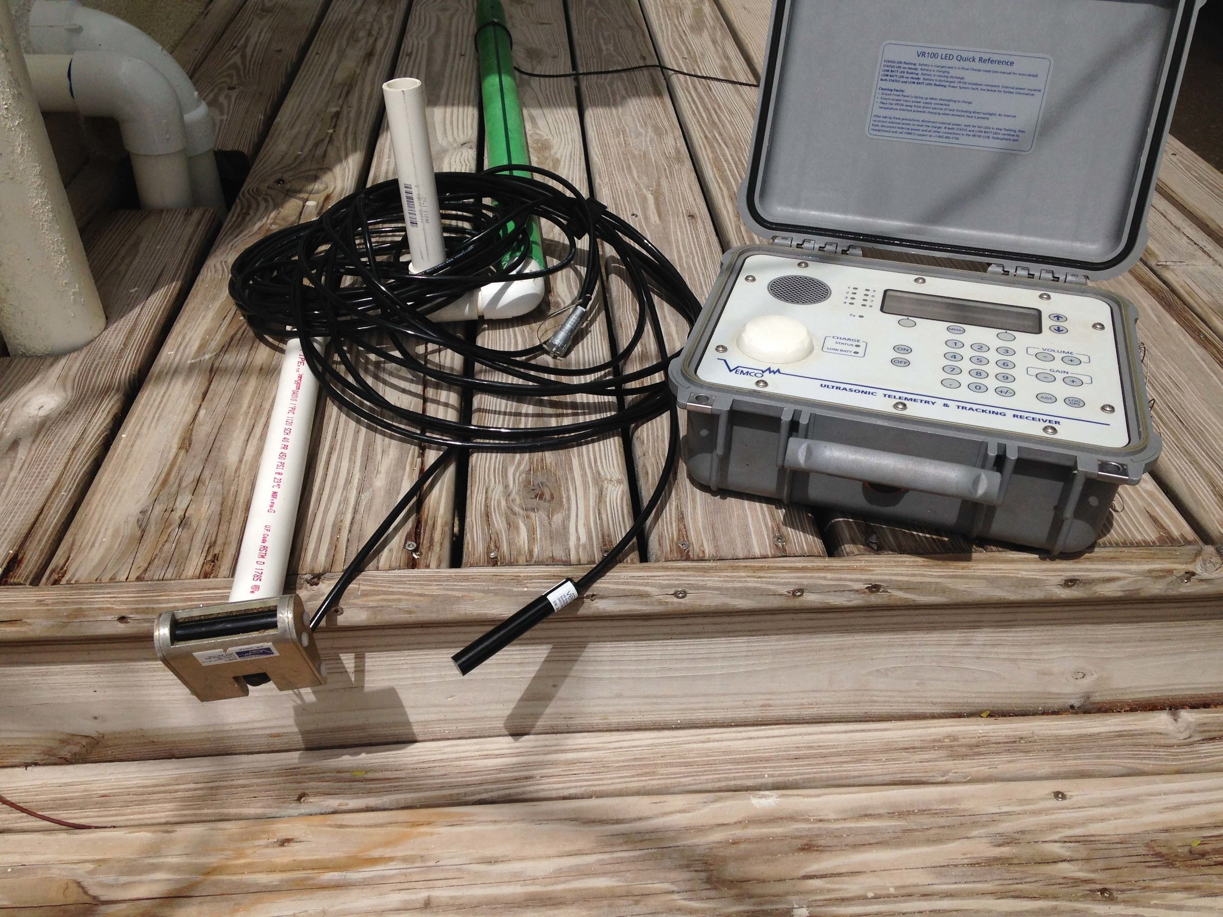 Directional and omnidirectional hydrophone are used with the VR100 receiver to track bonefish