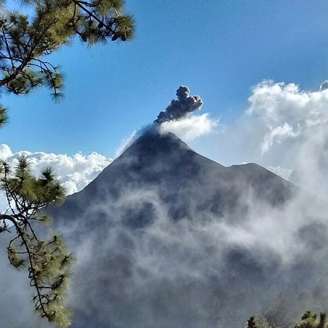 I made it to el volcán de Acatenango (3,975m) with two amazing local guides and new friends. I have no idea I could do such a challenging over night hike. A couple times, I wasn't sure I could make it. But when I saw the Volcán Fuego's eruptions and sunrise this early morning, I was so happy I did this adventure. #volcanacatenango #アカテナンゴ