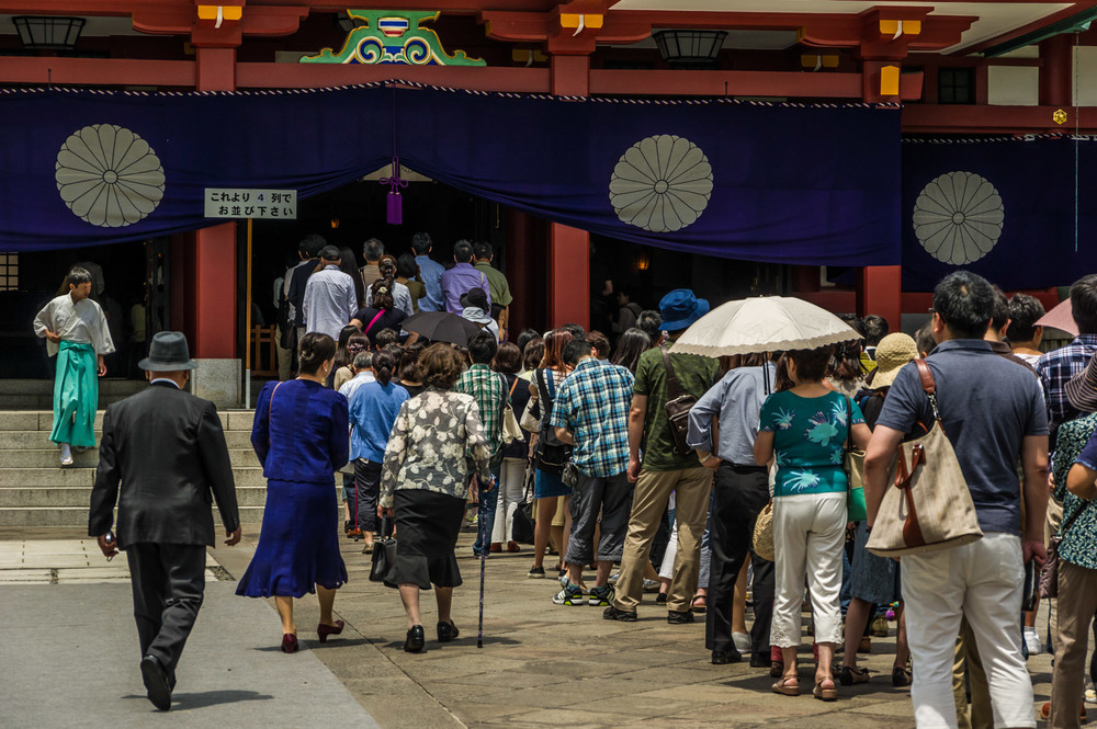 The main hall of Hie shrine and the crowd waiting to pray