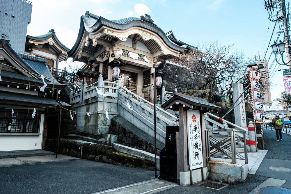 The gate to Yushima Tenjin and not a plum blossom in sight