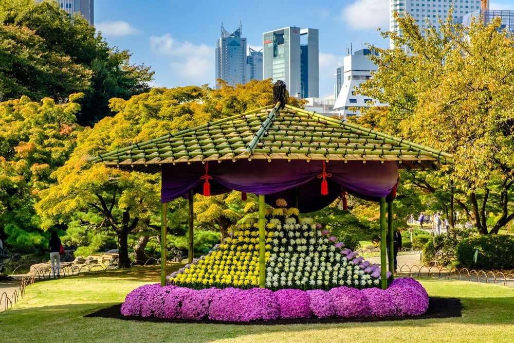 This hexagonal flower bed was made to commemorate the 150th anniversary of the Meiji era. A similar structure was on display at Asakusa Gyoen in 1905.