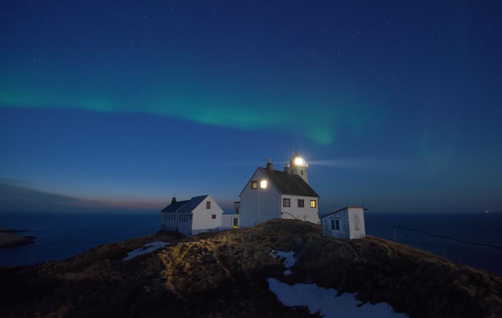 Hornøya lighthouse by night w auroras April 2015 Amundsen © Biotope.jpg