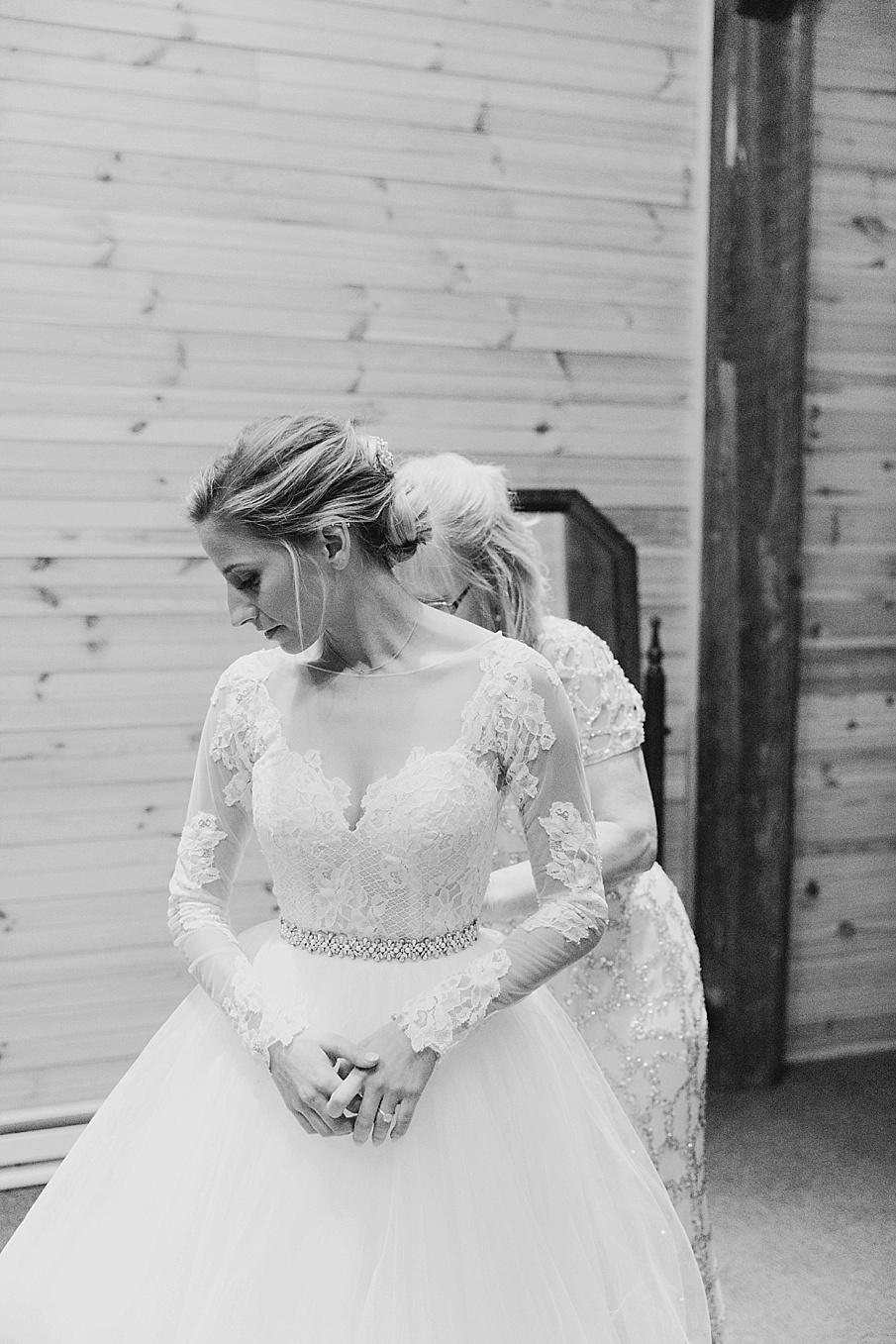 senecaryanco-pennsylvania-wedding-photographer-scranton-barnatglisteningpond_0837.jpg